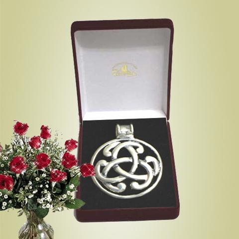 Artesania Asturiana - Colgante medallon plata motivo celta - Editorial Picu Urriellu