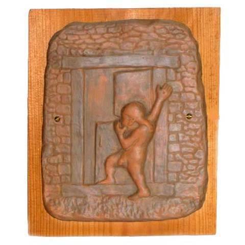 Artesania Asturiana -  Trasgu de ceramica con madera de fondo - Editorial Picu Urriellu