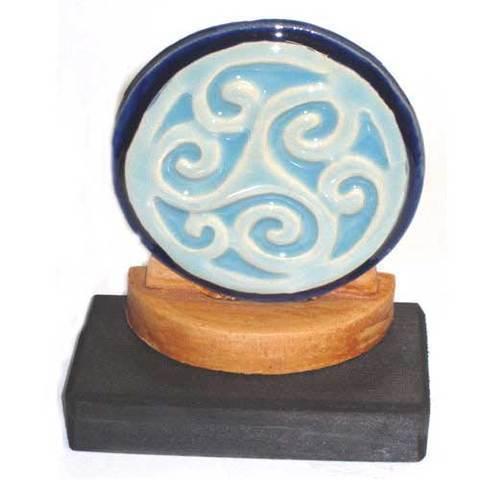 Artesania Asturiana - Motivo celta trisquel ceramica con peana - Editorial Picu Urriellu