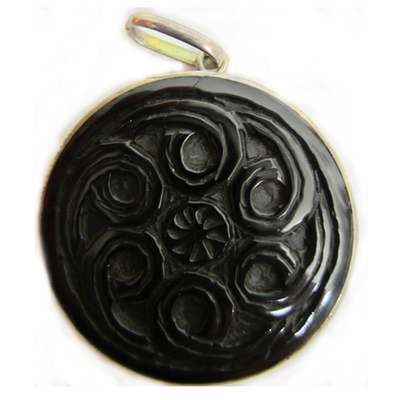 Colgante espirales celtas talladas
