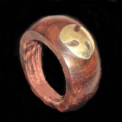 Anillo madera motivo trisquel celta metal