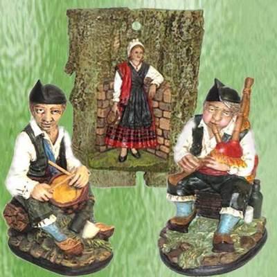 Gaitero y Tamborilero sentados con placa asturiana pandereta