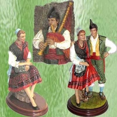 Figuras pareja y asturiana con el traje tradicional y placa gaitero