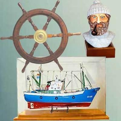Barco maqueta con luz y vitrina, Busto marinero y Timon