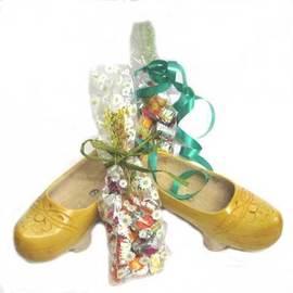 Madreñas con dos bolsas caramelos