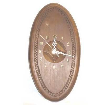 Reloj castaño tallao con flor galana ovalado
