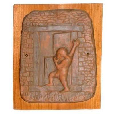 Trasgu de ceramica con madera de fondo