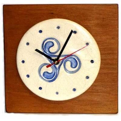 Reloj redondo base de madera motivo trisquel